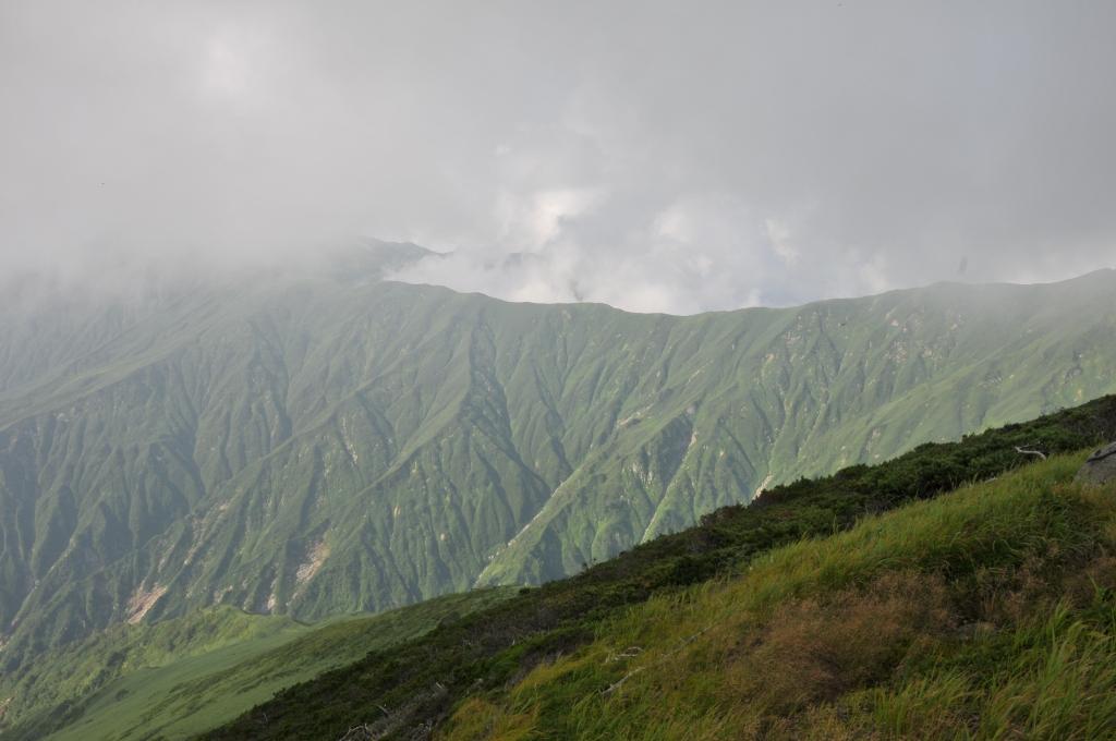 御西小屋から北にのびる、梅花皮小屋方面の稜線です。