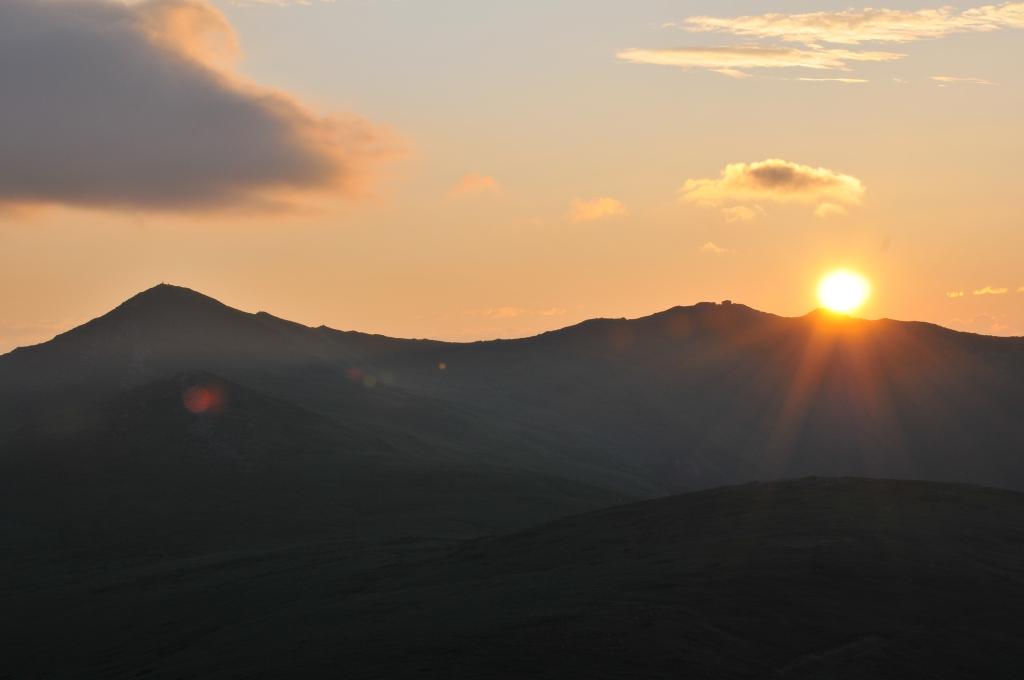 早朝の、飯豊連峰の飯豊本山と本山小屋です